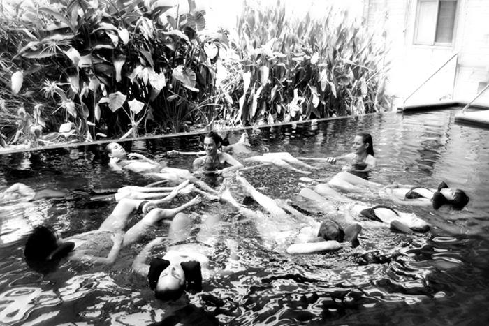 קבוצת נשים במים